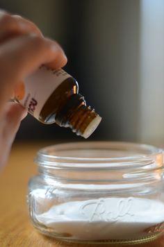 DIY désodorisant de salle bains ou w.c. Bicarbonate de soude + 8 gouttes d'une huile essentielle de votre choix. Percer le couvercle d'un bocal de petits trous, recouvrir d'un joli tissu, remuer de temps en temps.C'est si facile!