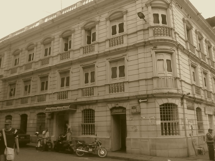 Antiguo Hotel Majestic de Cali. este edificio todavía esta en pie y se ubica en la Cra.3 con Calle 10, este funcionó desde 1.863 hasta el año 1.900, donde se convirtió en el Hotel Maria Victoria. Ahí funcionó o funciona desde hace muchos años una conocida sede de Kumis Kasimiro