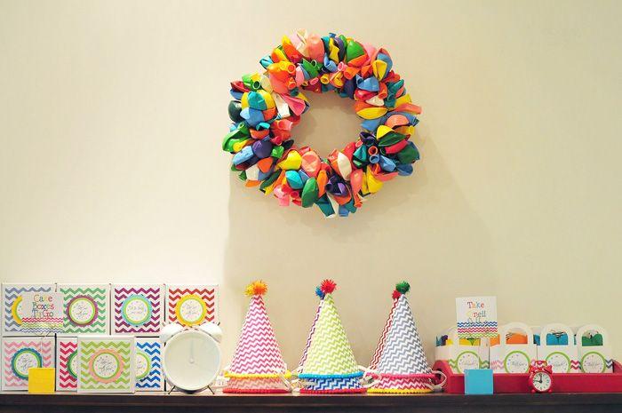 Um dos meus temas preferidos para festas infantis é Arco-Íris. Acho lindo, lúdico, poético e tenho inúmeras ideias guardadas nas minhas pastas de inspirações com esse tema, aguardando a chance de um dia fazer uma festinhamulticolorida para a minha Bruna. Para inspirar vocês com esse tema, aproveito fotos de três fotos diferentes, encontradas no fofíssimo…