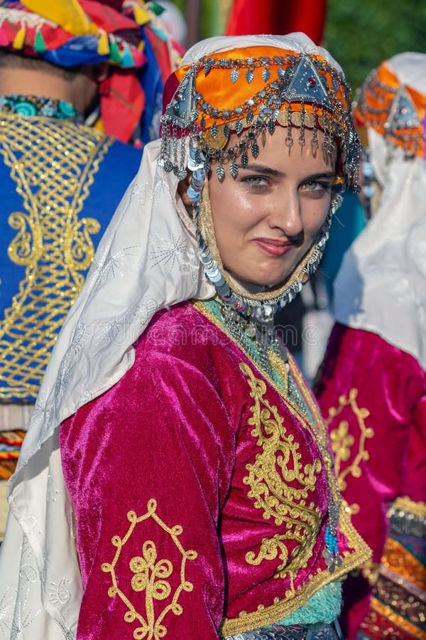 Young woman from Turkey in traditional costume. | Kızlar, Kadın ...