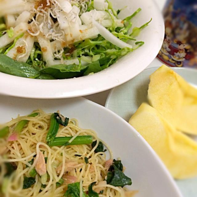 お手軽パスタは梅昆布茶で味付けしてみました♪サラダにかけた頂き物の奄美の玉ねぎのドレッシング、美味しい(o^^o) - 5件のもぐもぐ - お昼ご飯♪ほうれん草とツナの和風パスタ、サラダ、林檎 by akarizumu
