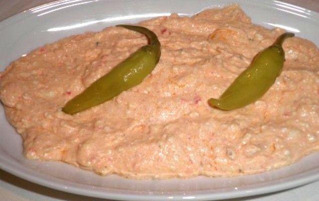 Υλικά συνταγής ½ κ. φέτα αλμυρή, τριμμένη 3 κουταλιές της σούπας γιαούρτι στραγγιστό ½ φλιτζάνι ελαιόλαδο 1-2 καυτερές πιπεριές τριμμένες 1½ κουταλάκι γλυκού ξύδι λίγο κονιάκ, λίγο πιπέρι, άνηθος ψιλοκομμένος ΕκτέλεσησυνταγήςΑναμιγνύουμε τη φέτα με το λάδι ώστε να δέσουν καλά. Προσθέτουμε όλα τα υπόλοιπα υλικά, τα χτυπάμε στο μίξερ για λίγα δευτερόλεπτα και κατόπιν σερβίρουμε.