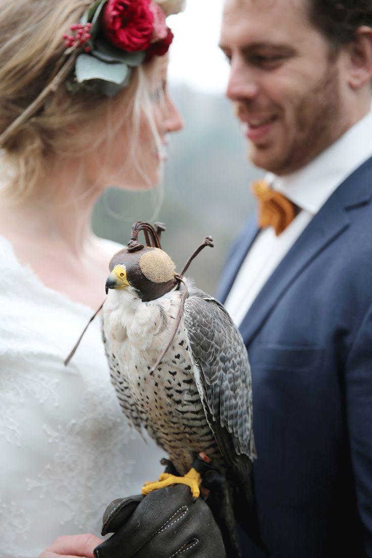 Concept, organizatie en fotografie: Forever Yes Photography//Trouwjurk: Weird Closet//Pak bruidegom: Suitable//Make-up: Kimberley Meewis Make-up & More//Vogels: Valkerij/Fauconnerie Falcon's Residence//Bruid en bruidegom: Sebastiaan & Maaike Poelen//Locatie: Ardennen, België