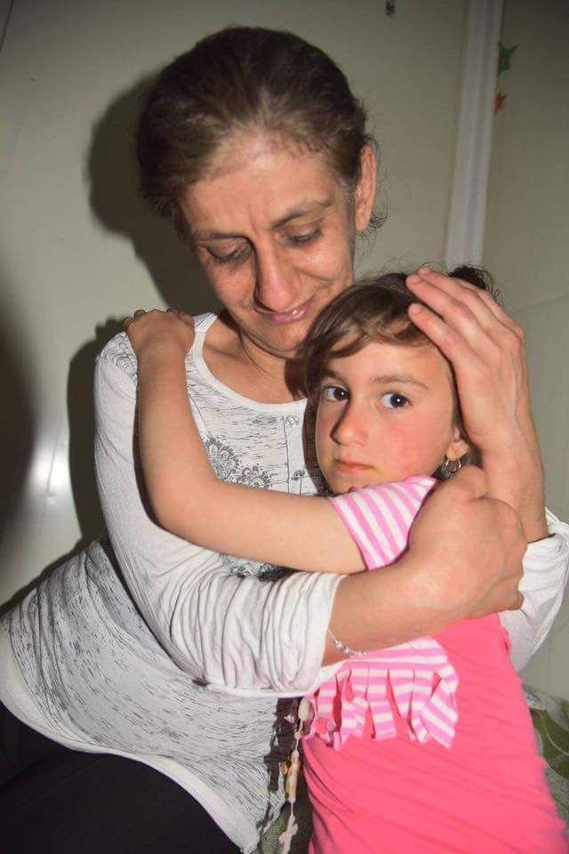 De foto waarop we wachtten! Christina Abada uit Irak werd 3 jaar geleden door Islamitische Staat ontvoerd. Ze was slechts 3 jaar oud toen zij en haar familie vluchtten uit de stad Qaraqosh en Christina uit de armen van haar moeder werd getrokken. Deze week werd ze door speciale eenheden gered. Dank voor uw gebed!
