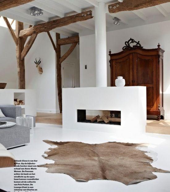 nowoczesny kominek we wnętrzu z drewnianymi belkami,aranżacja z bialym kominkiem i drewnianymi belkami w nowoczesnym salonie,jak urządzić salon z kominkiem w nowoczesnym stylu i drewnianymi belkami z drewna,skandynawski salon z drewnianymi belkam - Lovingit.pl
