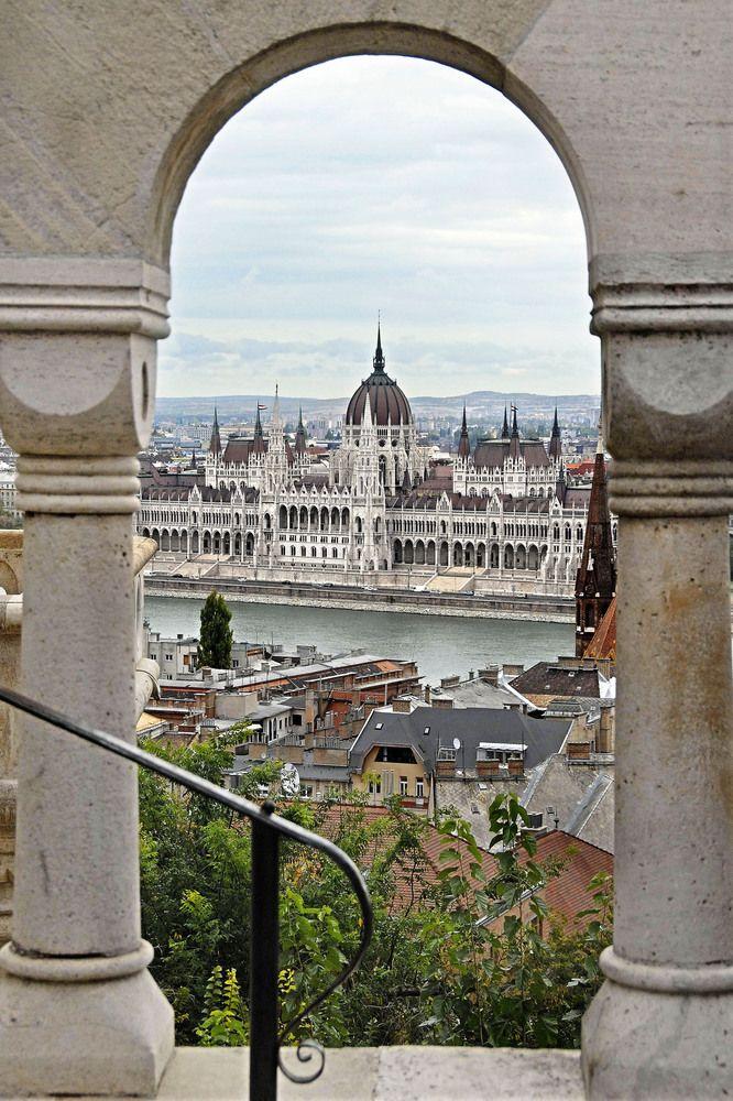 Blick durch die Fischerbastei auf das Parlament von Clemens Marpert,Budapest,Hungary
