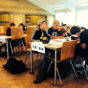 På Antvorskov Skole i Slagelse vælger eleverne mellem lektielæsning, faglig fordybelse og frihed. Skolens ledelse glæder sig over, hvor mange, der vælger at lave lektierne på skolen