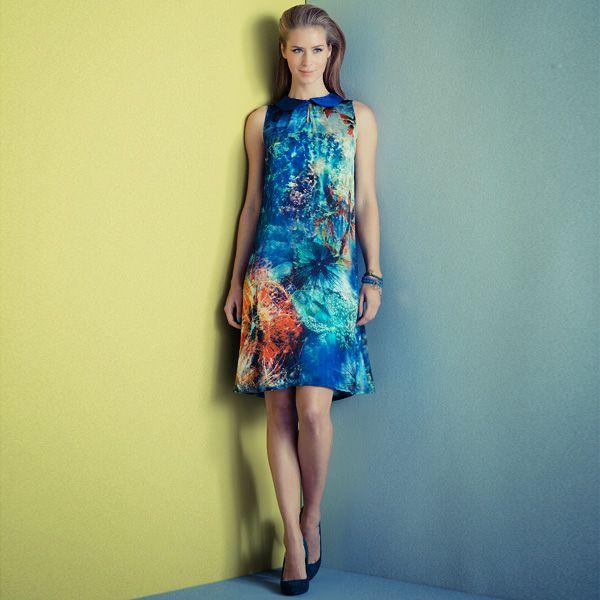 Deze jurk wordt een plaatje als je hem maakt van luxe stof met prachtig fotoprintdessin.    model met splitje middenvoor en peter pan kraagje  knipmode 2013/3
