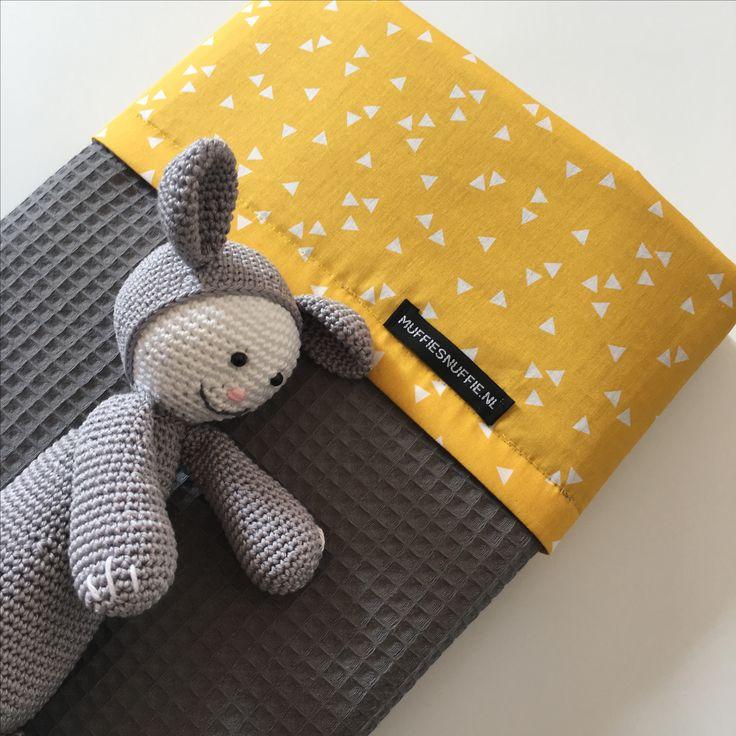 Wagendeken- Wiegdeken - Ledikantdeken DRIEHOEK OKER aan twee zijden te gebruiken - Muffie & Snuffie - wafelstof - babykamer - kinderkamer - handgemaakt - zwanger - baby - kraamkado