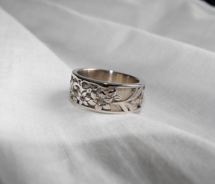 Anello in argento 925; fascetta di circa 10 grammi di argento, in base alla misura del dito, dal motivo delicato e floreale.