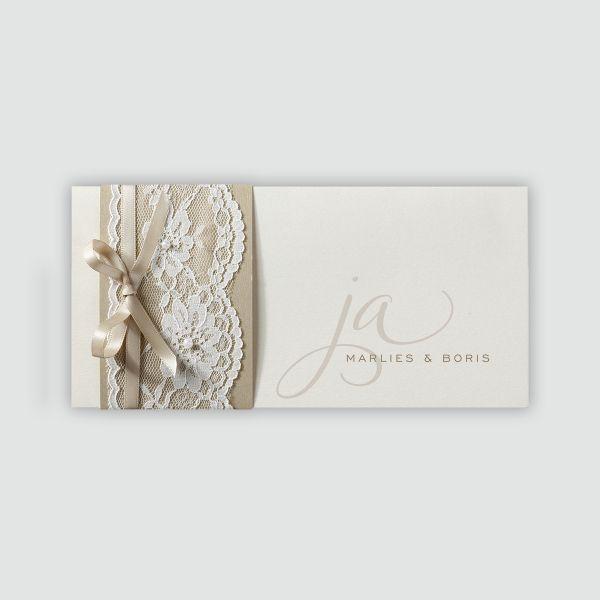 Schicke Hochzeitseinladung mit zierlicher Schriftart und einer Spitzen-Banderole