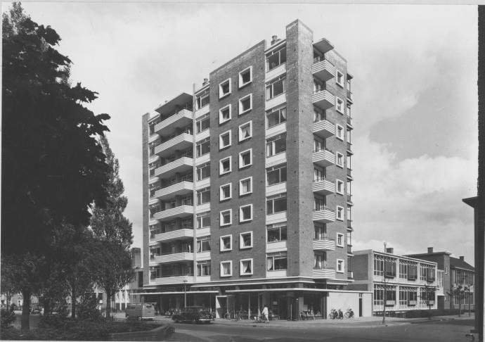 Groningen<br />De stad Groningen: Linnaeusplein met het bekende flatgebouw in 1957