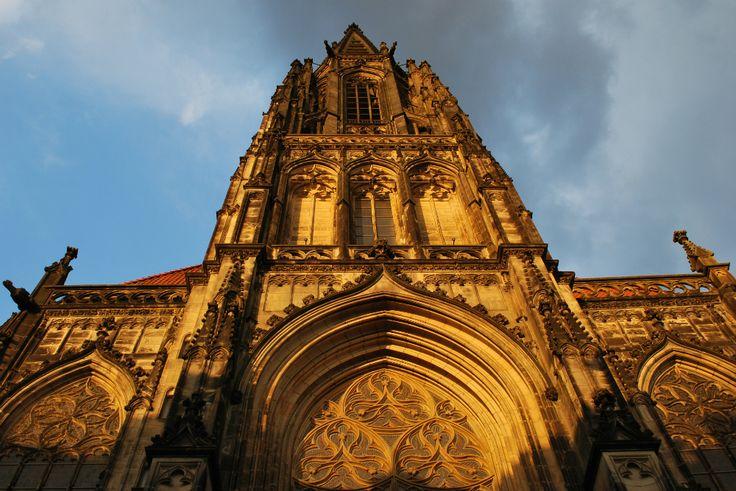 De St. #Lambertikerk staat bekend als de markt- en stadskerk van #Münster. Het gebouw wordt getypeerd door zijn prachtige #hoofdportaal en spitse #toren.