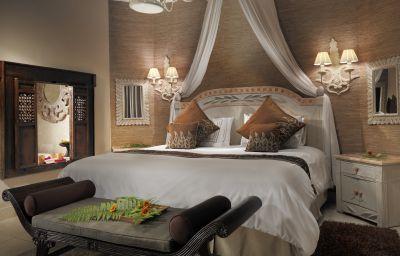 Las habitaciones son amplias y muy iluminadas. La decoración balinesa puede estar compuesta por elementos japoneses, hindúes, chinos. Cada villa es diferente, las hay de 1, 2 y 3 dormitorios y  jacuzzi.  Tipos de camas que utilizamos:  Cama de matrimonio extragrande o king size: 200 x 200 cm.  Twin: Habitación compuesta por dos camas unidas.  Cama individual o single bed: de 200 x 100 cm. Colchones: Viscolástica.