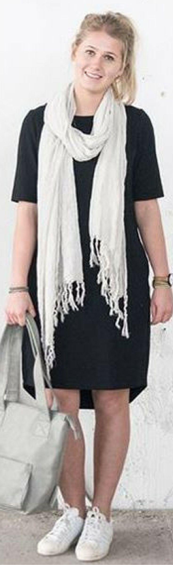 Zusss leuk kort jurkje. Dit uni jurkje heeft korte mouwen en een ronde hals. 95% katoen, 5% elasthan