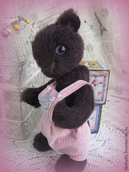Просто...Сашка.Тедди мишка.. Сашка родился!Попросил...'станы с калманом.'  Необыкновенный мохер с трехцветным ворсом,что придает натуральность именно медвежьего окраса.Ворсинки темно-бардового и темного окраса с осветленными кончиками.