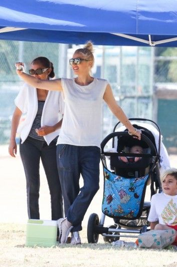 Gwen Stefani op pad met haar jongste kind, terrwijl ze haar twee zoontjes Zuma en Kingston aanmoedigt.