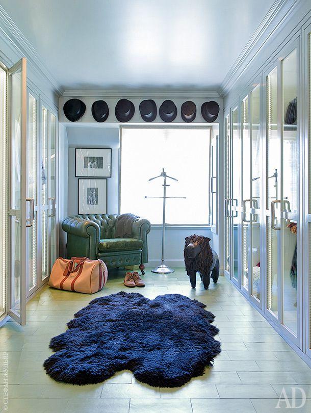 Гардеробная. Пол покрыт кожей цвета авокадо. Кресло антикварное, куплено вНью-Йорке. Ковер сделан изовчины. Вешалка по дизайну Ники Хэслема, NHDesign. Над окном — хозяйская коллекция цилиндров.