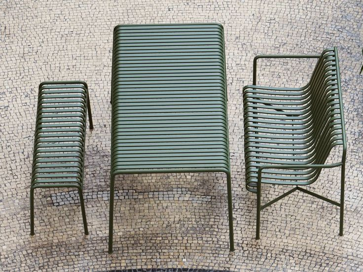Palissade is an outdoor bench designed by Ronan and Erwan Bouroullec to fit a wide variety of environments including cafés, restaurants, gardens, terraces and balconies.
