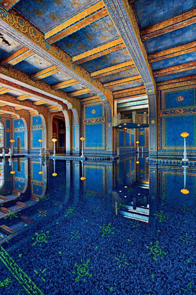 Una espléndida piscina interior de Luxe❤❤❤ La arquitectura en esta estancia utiliza tonos y molduras muy estilo arabesco que la convierte en encantadora