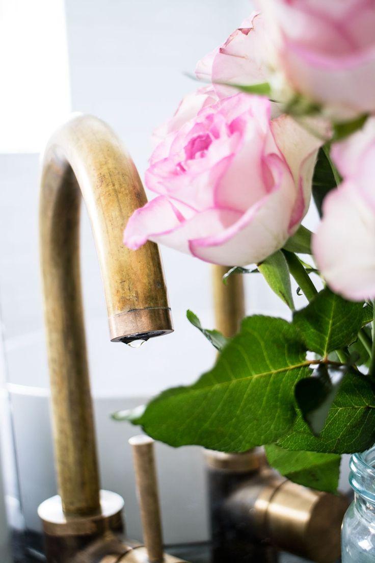 Modern Industrial Bathroom Gold from http://www.klisjehjemmet.no   #nordic #interior #interiordesign #bathroom #faucet