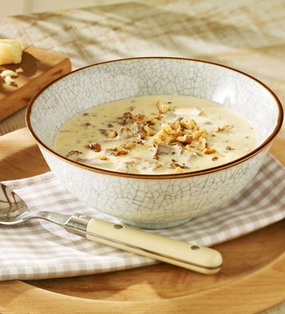 Leckere Suppe mit Pfifferlingen und zweierlei Käse