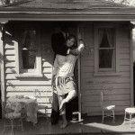 Sally Mann es una fotógrafa estadounidense nacida en mayo de 1951 en Lexington, Virginia, donde actualmente reside con su esposo, Larry, abogado de profesión, y sus tres hijos: Jessie, Emmett y Virginia, quienes son los protagonistas de algunos de sus mejores retratos.Se graduó en el Bennington College en el año 1974; más tarde, en 1975, …