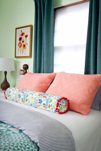 Travesseiro rolo é lindo e sempre agrada a todos (Foto: abeautifulmess.com)