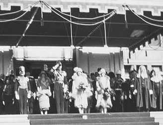 1927 Dame Nellie Melba sings God Save The King on the steps of Canberra Parliament House to welcome the Duke & Duchess of York who in 1937 became King and Queen Consort of Great Britain.