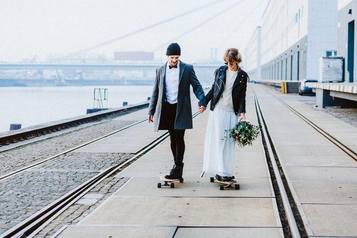 Urbane Hochzeit, Winterhochzeit, Modernes Brautpaar auf Skateboard, Industrial Wedding von Sarina Kullmann, Mannheim