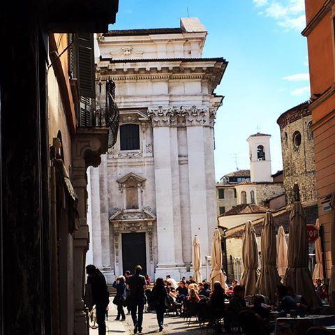 Arrivando nell'assolata Piazza Paolo VI
