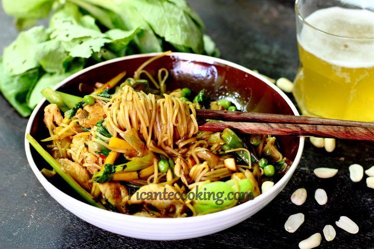 Chiński makaron z kurczakiem i warzywami (Chow mein)