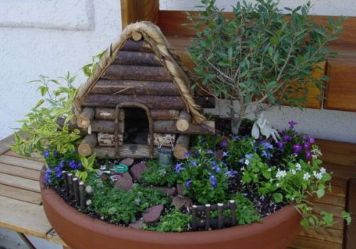 Сад в горшке с домиком