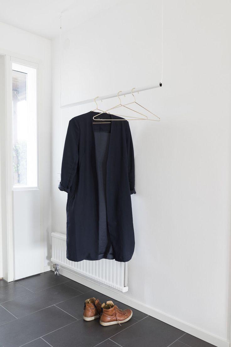 DIY gör en enkel och stilren klädhängare till hallen