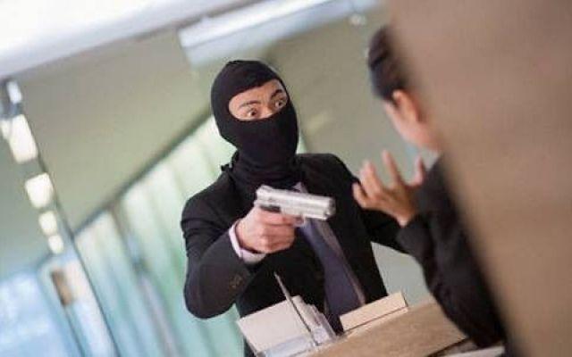 Milano, rapinava banche con il figlio di 9 anni. Era il palo della banda Andava a fare le rapine e si portava il figlio di nove anni. È stato arrestato dalla Squadra Mobile di Milano assieme ad altre sette persone, tutti italiani e pluripregiudicati, indagati per rapina a #milano #rapina #9anni #banca