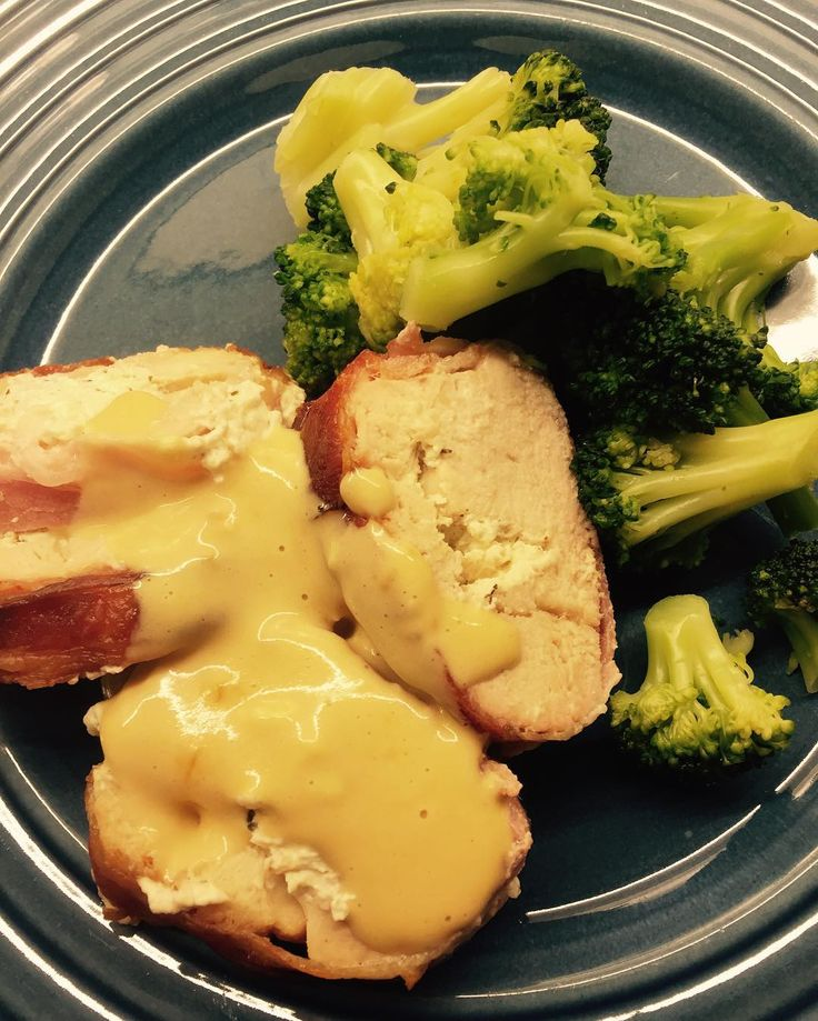 #middag #dinner #fylt_kylling #stuffedchickenbreast #bacon #broccoli #brokkoli #lchf #lowcarb #lowcarbfeed #lavkarbo #eatclean #nosugar #matfrabunnen by lchf.kristin.kjeleskramler