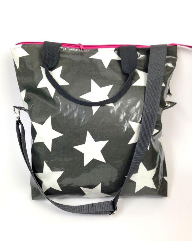 Endlich ist diese tolle Tasche auch hier im Shop erhältlich. Sie wird ganz bestimmt Dein treuer Begleiter. An den Henkeln wie eine Tragetasche, oder über der Schulter als Messengerbag begleitet...