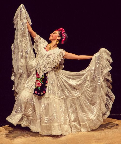Beautiful dancer - Vera Cruzana. Arms should be bent at the elbows and pulled into the sides for better lines of the faldeo.