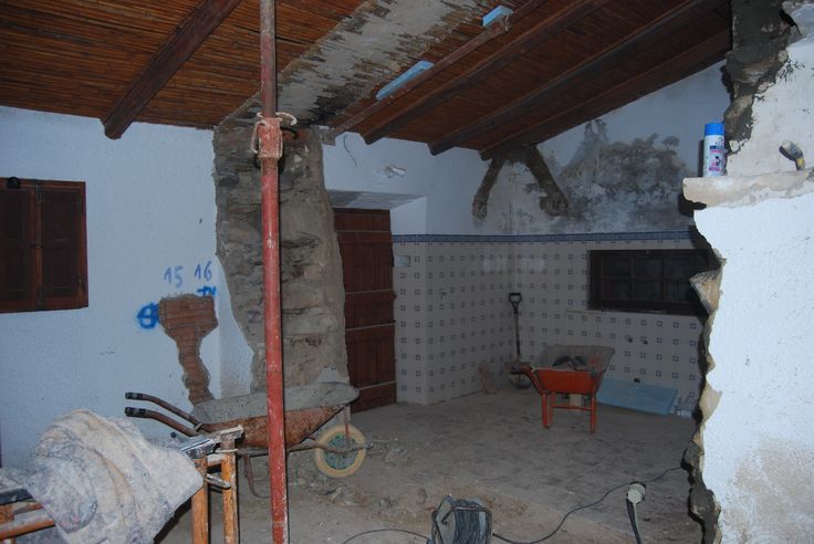 Kamer 3 uitbreken natuurstenen muur (vroegere paardenstallen).