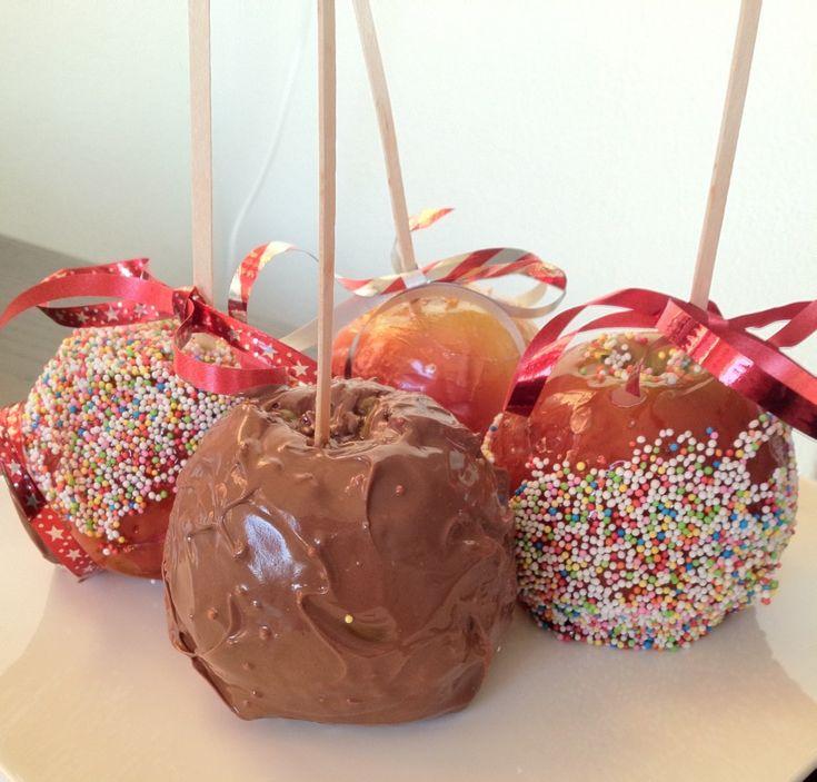 Appel met caramel of chocolade, even in  de spikkels dopen en klaar! Lekkere en gezonde traktatie.