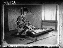 Jeunes filles japonaises dessinant des cartes à jouer : geisha jouant du koto ou harpe japonaise : [photographie de presse] / Agence Mondial...