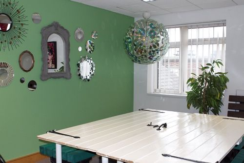 recycelte dekoration im terracycle b ro in gro britannien. Black Bedroom Furniture Sets. Home Design Ideas