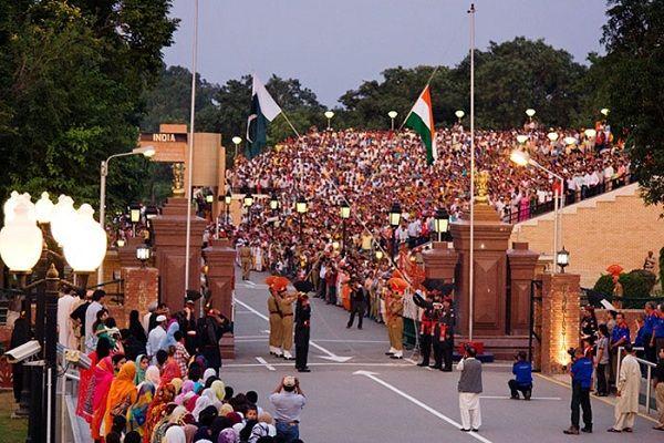 巴基斯坦和印度之間的邊界: 每天晚上都會舉辦一場儀式。儀式結束後邊界才會被封鎖。 (Boundary between Pakistan and India)