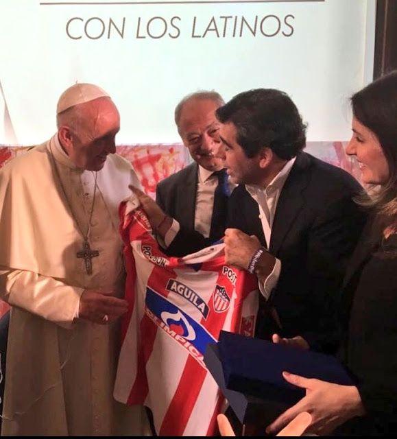 El Papa Francisco bendijo la camiseta del Junior