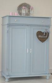 Brocante meidenkast in zacht pastel blauw