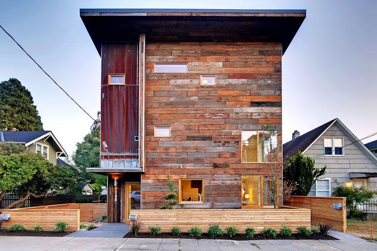 Construído na 2015 na Seattle, Estados Unidos. Imagens do Tucker English . A incorporadora Dwell Development LLC está trazendoa construção sustentável para onoroeste do Pacífico com a primeira casa especulativa, com...