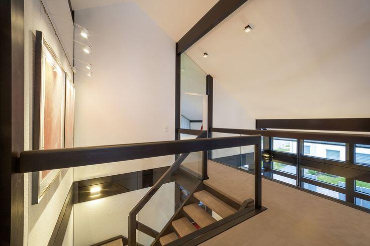 Offenes Treppenhaus mit viel Glas und Licht im HUF Haus