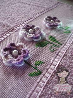 Ateliê de Mimos da Quelsfs: Toalha bordada com Ponto Cruz e Crochê* ༺✿ƬⱤღ https://www.pinterest.com/teretegui/✿༻