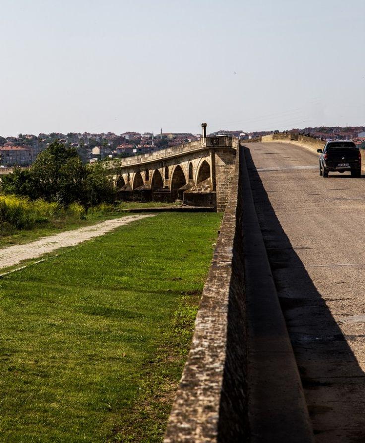 Uzunköprü/Edirne/// Uzunköprü, 1426-1443 yılında Osmanlı Padişahı II. Murat tarafından, dönemin başmimarı Müslihiddin'e yaptırıldı. Uzun Köprü, Edirne'de, Ergene Nehri üzerinde, Anadolu ile Balkanları birbirine bağlayan tek köprü ve dünyanın en uzun taş köprüsü olma özelliğini taşıyan tarihi köprüdür. Eski adı Ergene Köprüsü idi. Toplam uzunluğu 1392m dir.