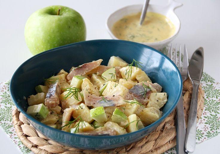 """750g vous propose la recette """"Salade aux deux pommes et au hareng fumé"""" notée 5/5 par 4 votants."""
